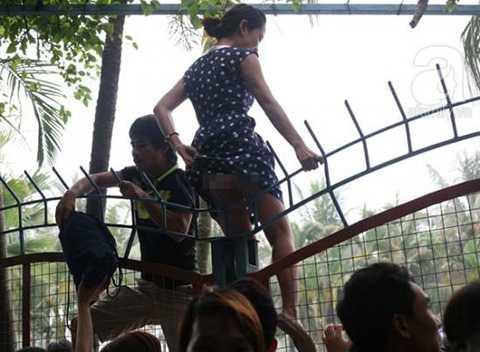 Nhiều cô gái mặc váy vẫn vô tư leo qua rào. Ảnh: Trí thức trẻ