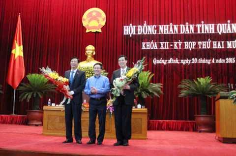 Phó Thủ tướng Chính phủ, Bộ trưởng Bộ Ngoại giao Phạm Bình Minh tặng hoa chúc mừng các đồng chí nhận nhiệm vụ mới