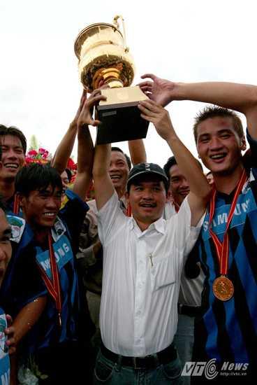 Bầu Đức của năm 2003-2004 với chức vô địch V-League (Ảnh: Quang Minh)
