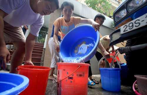 Lãnh đạo Hà Nội yêu cầu sử dụng xe téc cấp nước sạch cho nhân dân trong trường hợp mất nước cục bộ. Ảnh minh họa: Hoàng Thành.