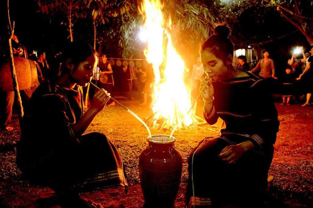 Bếp lửa và rượu cần là những thứ không thể thiếu trong những bữa tiệc vùng cao