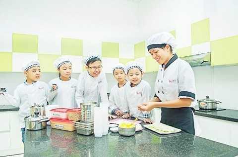 Các bé trực tiếp thực hành niềm đam mê dành cho ẩm thực cùng các chuyên gia.