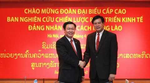 Trưởng Ban Kinh tế Trung ương Vương Đình Huệ và Trưởng Ban nghiên cứu chiến lược phát triển kinh tế Đảng Nhân dân cách mạng Lào Bua- xỏn Búp Phả- văn.