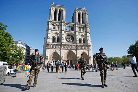 Thủ đô Paris đang trong tình trạng báo động (Ảnh: Reuters)