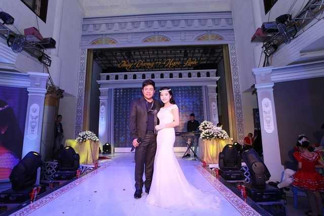 Quang Lê chụp ảnh cùng cô dâu trong tiệc cưới.