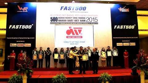 Ông Nguyễn Anh Thắng - PTGĐ đại diện Cty CP Thực phẩm Đức Việt nhận giấy chứng nhận FAST 500