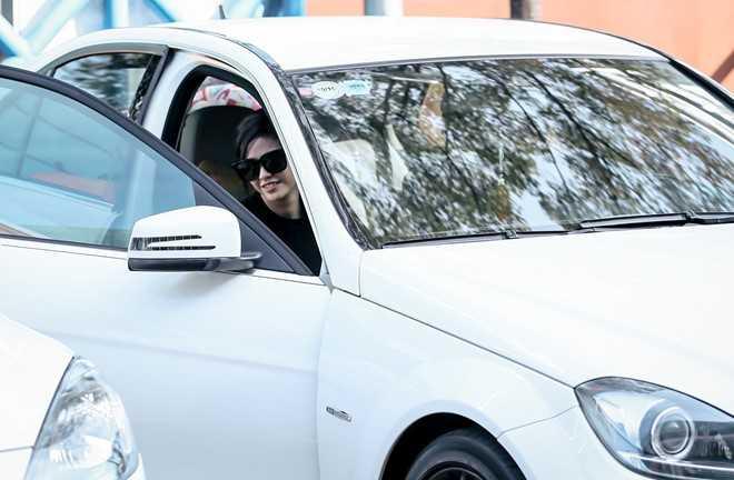 Trương Quỳnh Anh được ông xã chở đến một quán cà phê nằm trong khu vực Nhà thi đấu Nguyễn Du, TP HCM bằng xế hộp riêng. Đây là chiếc xe Tim mua tặng vợ để làm lành sau xung đột căng thẳng. Xe có giá hơn 1 tỷ đồng.