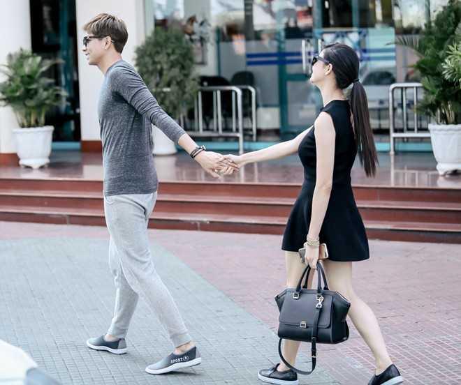 Tim nắm tay vợ tình cảm. Cặp đôi không giấu được vẻ hạnh phúc. Sau trận xích mích khiến Trương Quỳnh Anh phải bồng con ra khỏi nhà hồi cuối năm 2014, dù có nhiều tin đồn hai người tái hợp, nhưng Trương Quỳnh Anh và Tim đều chưa lên tiếng.