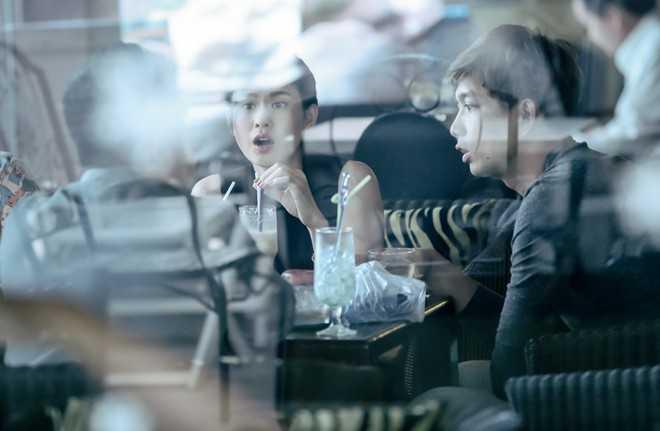 Cặp đôi gặp bạn tại quán cà phê trong Nhà thi đấu Nguyễn Du, TP HCM. Sau khi giải quyết ổn thỏa chuyện gia đình, cả hai yên tâm tập trung cho dự án phim ảnh lẫn âm nhạc.