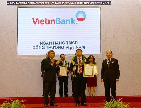 Đại diện VietinBank, Phó Tổng Giám đốc Nguyễn Văn Du nhận Chứng nhận Top 50 doanh nghiệp tăng trưởng xuất sắc nhất.