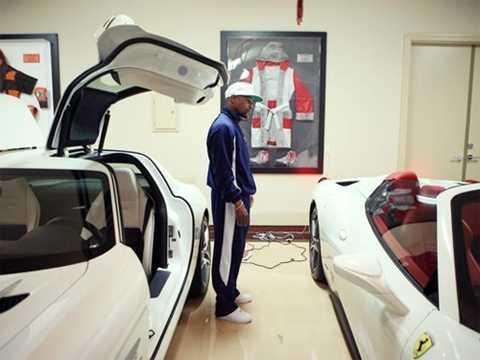 Floyd Mayweather bên những siêu xe thuộc bộ sưu tập có tổng giá trị khoảng 15 triệu USD. Ảnh: USA Today.
