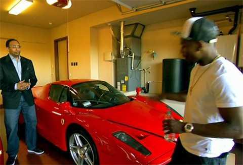 Siêu xe Ferrari Enzo màu đỏ có giá khoảng 3,2 triệu USD, theo lời võ sĩ quyền anh.