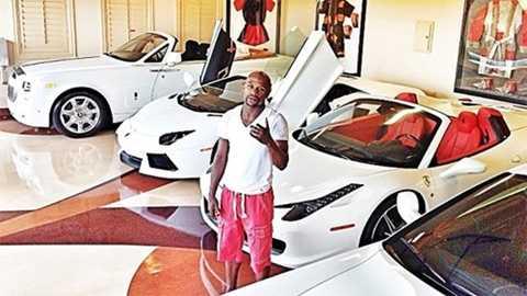 Toàn bộ số xe tại nhà riêng của anh ở Miami được cho là toàn màu trắng. Có lần anh chụp ảnh với mấy chiếc xe, đăng lên Instagram và nhờ fan bỏ phiếu để chọn một chiếc đi trong ngày hôm đó.