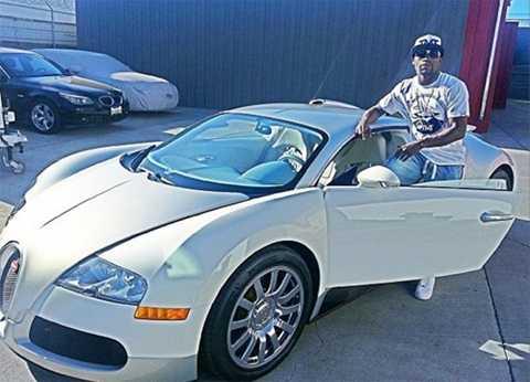 Võ sĩ nổi tiếng bên chiếc Bugatti màu trắng ngọc trai cực hiếm