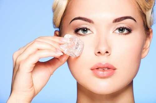 Đá lạnh giúp làm giảm vết thâm quầng ở mắt.