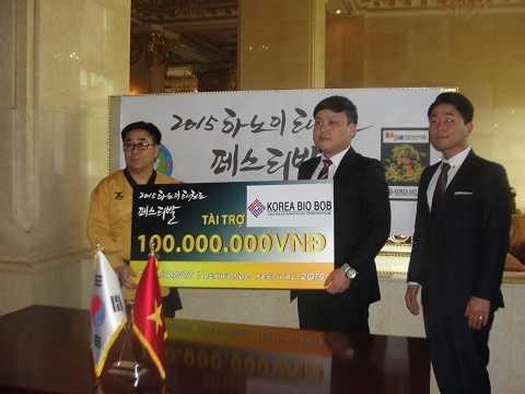 """Ủng hộ """"The Hanoi Taekwondo Fesetival 2015"""", ông Jeong Sun Ho, CEO công ty Korea Bio Bob đã trao tài trợ cho chương trình này."""
