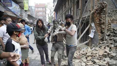 Nhiều người bị thương sau trận động đất tồi tệ nhất 80 năm qua ở Nepal - Ảnh: AP