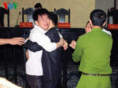 Vũ Phan Điền và luật sư Nguyễn Hồng Bách sau khi tòa tuyên án