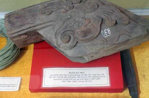 Đuôi xà nhà của người dân làng K130 bốc dỡ ngày 13/8/1968 làm đường cho xe ra mặt trận. Hiện vật đang được lưu giữ tại Bảo tàng Quân khu 4.