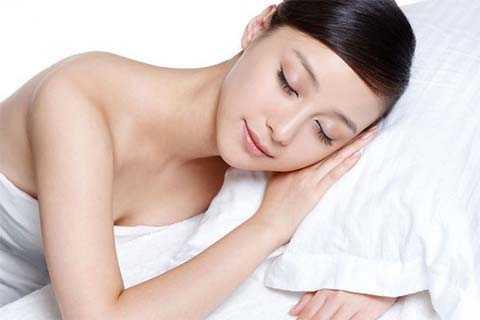 Ngủ nude với người bạn yêu sẽ tạo ra một lượng lớn oxytocin.
