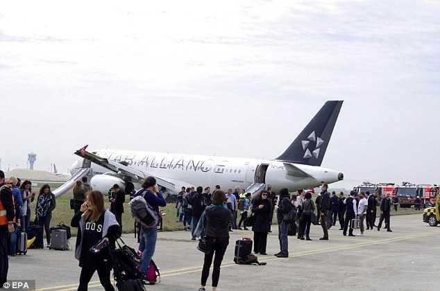 Các hành khách đã ngay lập tức được sơ tán sau khi máy bay hạ cánh