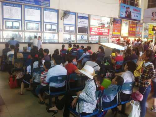 Lúc 17h00, lượng hành khách chờ xe tại Mỹ Đình vẫn rất đông.