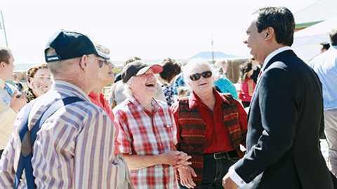 Phạm Đình Nguyên gặp gỡ những cư dân đi qua thị trấn PhinDeli trong ngày khai trương. Ảnh: P.Đ.N