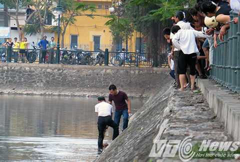 Người dân phát hiện thi thể người đàn ông khoảng 60 tuổi chết dưới hồ Tam Bạc, Hải Phòng - Ảnh MK
