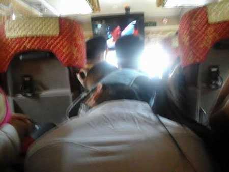 Hành khách chen chúc trên chuyến xe Hà Nội - Quảng Ninh (Ảnh: Hương Nguyễn/VnTinnhanh)