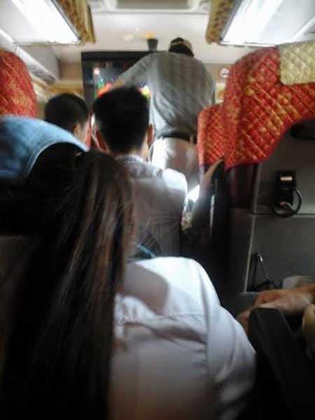Nhiều hành khách phải ngồi ghế phụ (Ảnh: Hương Nguyễn/VnTinnhanh)