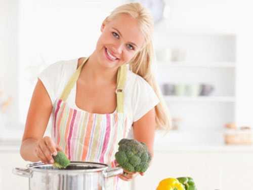 Để không bị tình trạng mỡ thừa tích tụbạn nên thay đổi chế độ ăn của mình thiên về rau xanh