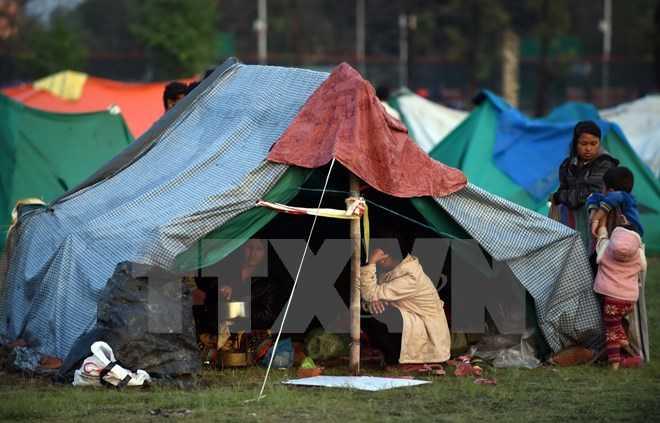 Người dân xếp hàng chờ lấy nước sinh hoạt sau trận động đất kinh hoàng tại Kathmandu. (Nguồn: AFP/TTXVN)