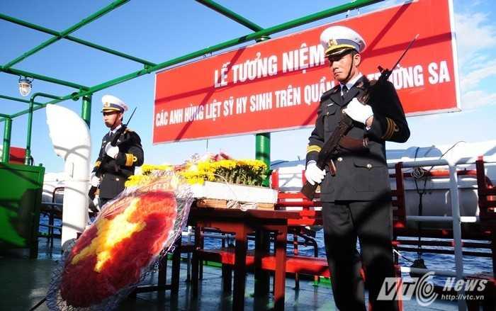 Lễ tưởng niệm các liệt sỹ Trường Sa được tổ chức trên boong tàu HQ-996 - Ảnh: Tùng Đinh