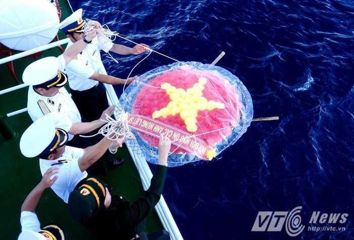 Vòng hoa tưởng niệm các liệt sỹ Trường Sa được thả xuống vùng biển gần đảo Len Đao, quần đảo Trường Sa - Ảnh: Tùng Đinh