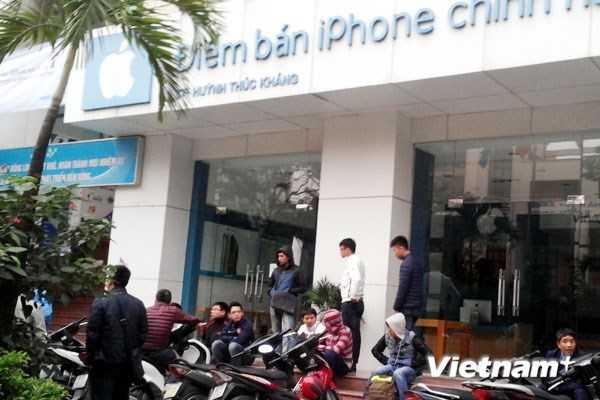 Những người xếp hàng để mua iPhone 6 đầu tiên tại Việt Nam. Nguồn: Vietnam+