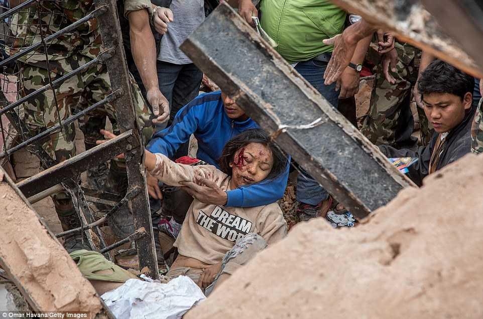 Rất nhiều người còn mắc kẹt dưới các đống đổ nát