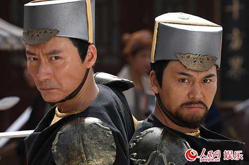 Cha đẻ Bao Thanh Thiên là Bao Thiết Sơn (trái) và cha đẻ Triển Chiêu (phải).