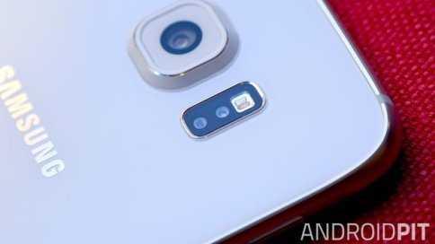 Máy quét nhịp tim được gắn ở mặt sau Galaxy S6