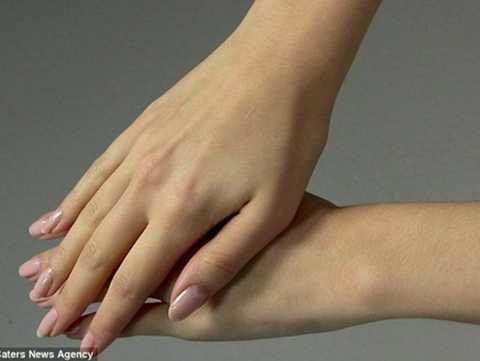 Đôi bàn tay được đánh giá là đẹp hoàn hảo của Emily Grimson