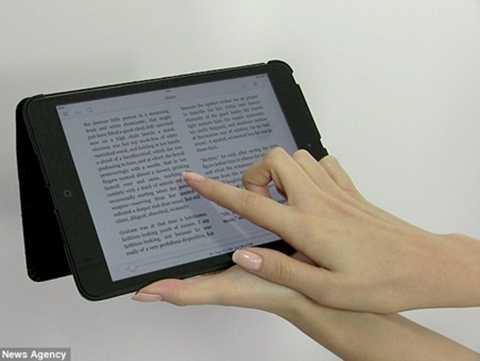 Đôi tay của Emily tạo dáng với thiết bị điện tử để làm quảng cáo
