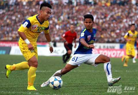 Phi Sơn trong trận đấu với HAGL ở vòng 9 V-League (Ảnh: Quang Minh)