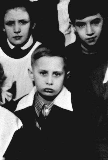 Cậu bé Vladimir Putin chụp ảnh với bạn cùng lớp ở  St. Petersburg năm 1960