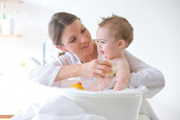 Tắm rửa đúng cách là một trong những biện pháp để bảo vệ da.