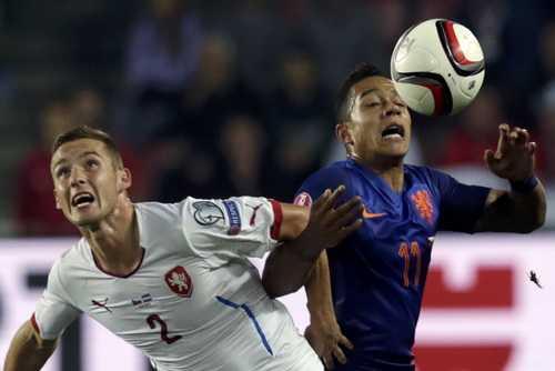 Memphis Depay (phải) đang khẳng định tài năng ở sân cỏ châu Âu