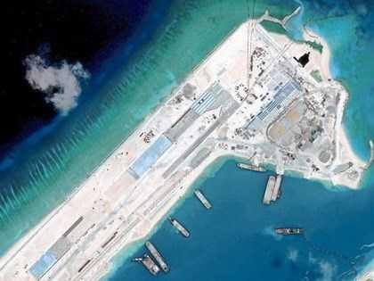 Ảnh chụp từ vệ tinh cho thấy công trình xây dựng trái phép một đường băng gần sắp hoàn thành của Trung Quốc tại bãi Đá Chữ Thập thuộc Quần đảo Trường Sa của Việt Nam. Ảnh: Reuters