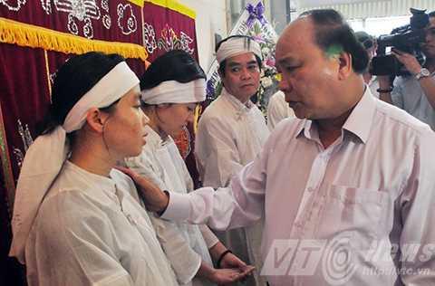 Phó Thủ tướng Nguyễn Xuân Phúc an ủi, động viên gia đình nạn nhân