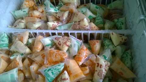 Kem túi trở lại thị trường với chất lượng tốt hơn, có sức tiêu thụ mạnh những ngày nắng nóng. Ảnh: Hiền Lan.