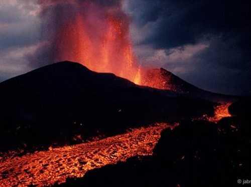 Cách đây 250 triệu năm, núi lửa phun trào trên Trái đất đã xóa số              85% sinh vật sống trên cạn và 95% sinh vật ở đại dương