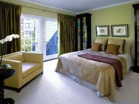 Giường ngủ gần với cửa phòng ngủ bị xem là đại kỵ trong phong thủy.