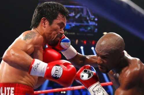 Pacquiao vừa mới trúng một đòn từ Mayweather. Ảnh: Reuters
